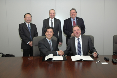 Shohei Manabe, Executive Officer, Kobe Steel, and head of the Iron Unit Division and Marc Solvi, Chief Executive Officer, Paul Wurth, shake hands after signing the construction license agreement.